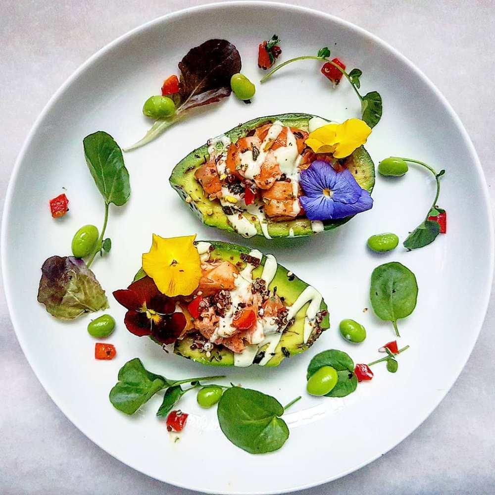 Gevulde-avocado-met-zalm-en-quinoa-in-Japanse-stijl.